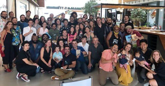 Da esquerda para direita, Mel Lisboa, Chico Brown, Daphne Toda a equipe de produção na Pré-estreia de Diario de Pilar, a série.